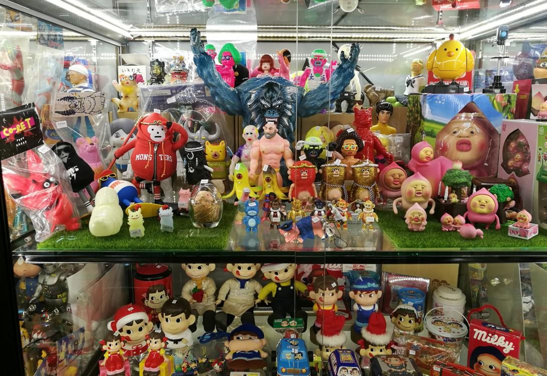 Tentadora estantería en KT Toys Art Toys y Sofubi