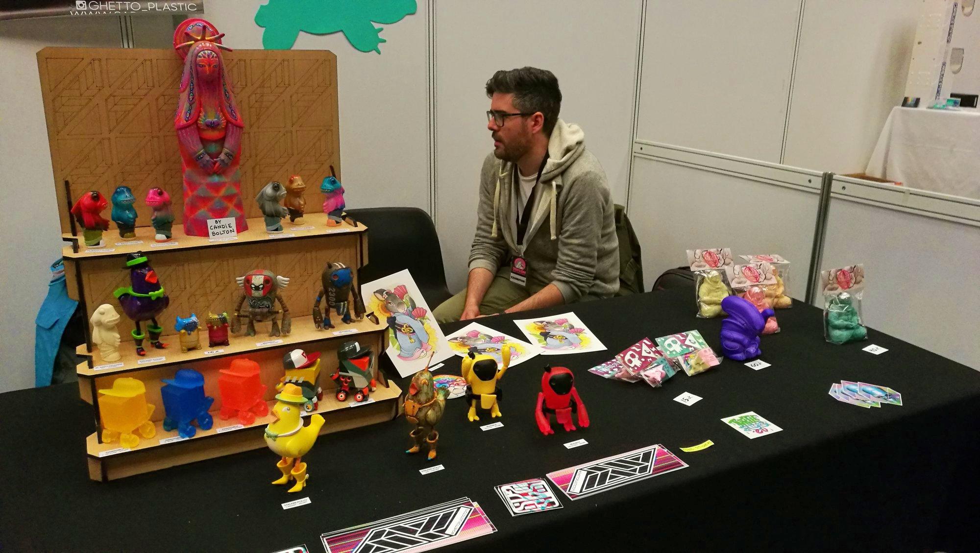 ToyCon UK Grego Fernández en el Stand de Turtle Studio y Ghetto Plastic