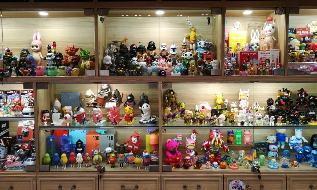 Estanterías en Gachabox llenas de Art Toys