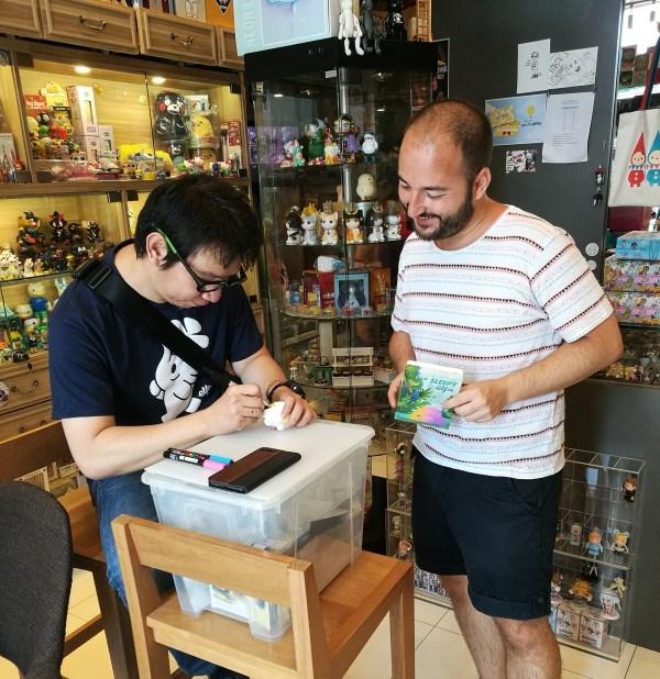 Too Natthapong firmando un Elfie Art Toy tailandes